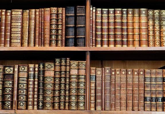 Biblioteca, con todos los libros históricos de la Academia Española de Dermatología y Venereología (AEDV)
